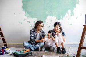塗装する家族