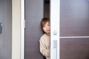 ドアから覗く女性