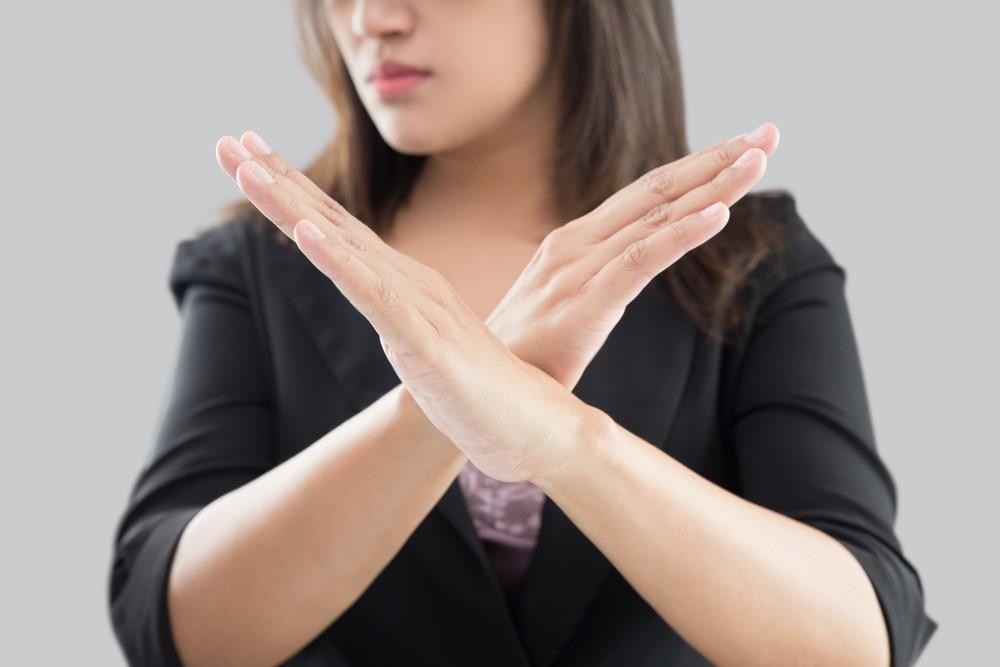 手を交差する女性