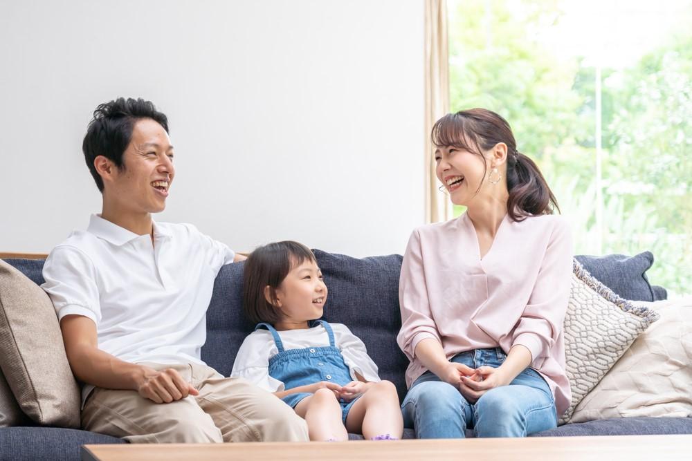 笑顔で寛ぐ家族